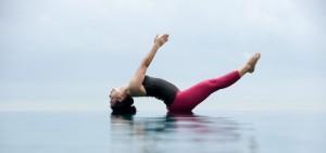 Posture de yoga sur la plage